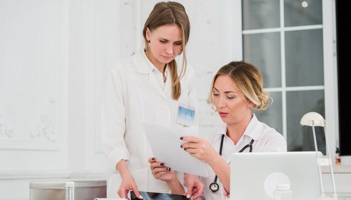Медсестра и врач